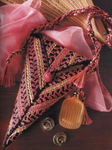 Треугольная дамская сумочка